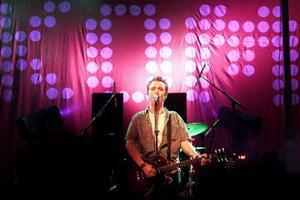 """År 2000 spelade Lars Winnerbäck i Badhusparken och berättar senare i en intervju med fansen att låten """"Nästan perfekt"""" på fjärde skivan """"Kom"""" uppstod på hotellrummet efter Yranspelningen 1999."""