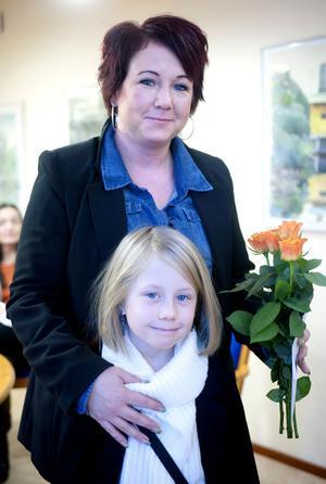 Maria och Tindra Hammarström var inbjudna till Borlänge energi på fredagen för att ta emot rosor och ett presentkort för kommunens vackraste blomlådor.