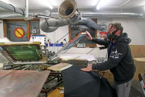 Mats Olsson arbetar i fabrikens tryckeri där man bland annat sätter reklam på paraplyer.