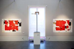 Blockformer med färg återkommer i verken som Modhir bygger upp i flera lager med perfekt känsla för komposition.