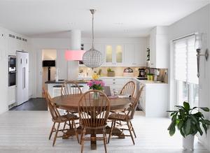 Köket domineras av det stora runda bordet med plats för många. Mot söder finns stora fönster med mycket ljusinsläpp.