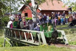 TÅGET GÅR. Det var säsongspremiär för minitåget när Tågets dag och Järnvägsmuseets familjedag slogs ihop till ett enda stort järnvägsjippo på söndagen.
