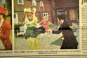 1972. Boven (Staffan Götestam, i svart) och grevinnan (Kent Malmström) fäktas, men grevinnans kittlighet orsakar besvär.