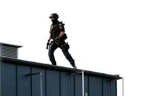 Nationella insatsstyrkan kallades in för att säkra byggnaden. Samtidigt som det arbetet pågick påträffades helikoptern i Arninge norr om Stockholm, cirka tre mil från värdedepån i Västberga.