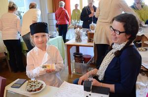 Bland de yngre chokladtillverkarna på årets Chokladgästabud i Nora församlingshem var Hilda Svedbro. Jenny Fredriksson fanns som ett stöd vid hennes sida.