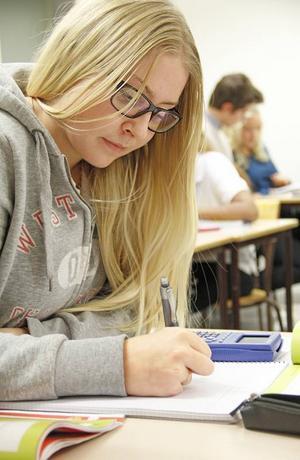 Jessica Andersson tycker att tiden på Mattecentrum fungerar bättre än tiden på de vanliga lektionerna, här finns det mer hjälp att få.