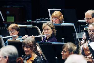 Yvonne Gärd, kulturskolans chef spelar flöjt i Sandvikens symfoniorkester. Här repeterar hon med bland annat Karin Styf-Lundin inför 75-årsjubileet.