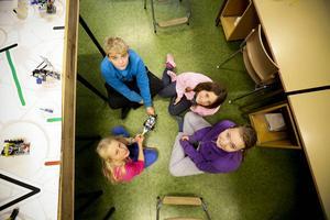 Eleverna på skolan i Kall ska visa upp sin robot på Mitthögskolan i november. Här ser vi delar av roboten samt eleverna Elvira Bergstedt, 13 år, Anna Larsson, 12 år, Tove Edsholm, 10 år, samt Olof Granli, 12 år.