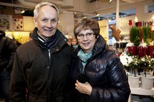 David och Carola Ohlson, Härnösand– Vi köper julklappar till barnbarnen och har några kvar. Vi kommer hit till Örnsköldsvik någon gång nu och då, det är en fin stad med många butiker.