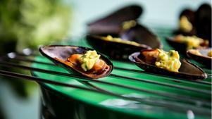 Även musslor går att grilla. Vi fyller dem med magiskt currysmör.
