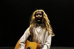 Abdi Omar tolkar ett sommarfestivaluppträdande.