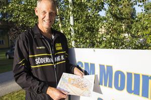 Tävlingsledaren Sören Calleberg visar kartan för den första etappen.