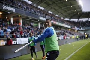 Malmö FF:s Tobias Sana kastar hörnflaggan mot IFK-klacken efter att han träffats av en smällare under onsdagens allsvenska fotbollsmatch mellan IFK Göteborg och Malmö FF på Gamla Ullevi i Göteborg.