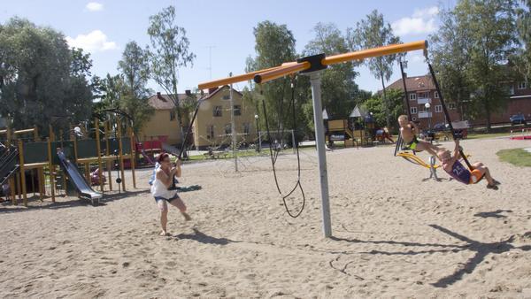 """Martina Bergqvist och sönerna Nicolay, 8 år, och Oliwer, 6 år, älskar att vara i Vilhelminaparken i Fagersta. """"Vi bor åker hit varje år, det är ett måste. Där vi bor i Norge finns inga allmänna lekplatser"""", säger Martina Bergqvist."""