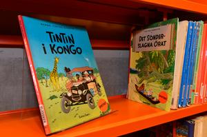 Seriealbumen om Tintin ansågs vara rasistiska och togs bort från hyllorna på barnbiblioteket Tiotretton. Barn behöver en tydlig, fördjupande kontext när de läser sådana skildringar, motiverade den konstnärliga ledningen beslutet. Nu står böckerna åter på sin plats.Foto: Anders Wiklund/Scanpix