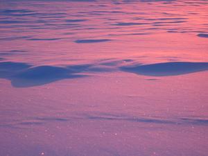 Soluppgången på Valdalsfjället färgade snön vackert rosa.
