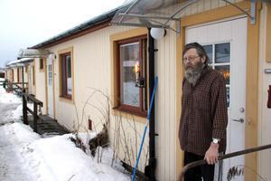 Lennart Norling återvände till barndomsbyn 2004. Bor på Bållebegsvägen och är konvalescent efter en diskbråcksoperation. Får hjälp med städning och tvätt.