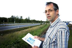 Bertil Larsson, ordförande i Tallbackens samfällighetsförening på bullervallen mot Trondheimsvägen. Där passerar uppemot 10 000 fordon per dag.