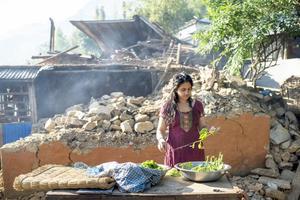Vardagslivet går vidare samtidigt chocken hänger kvar över byarna på landsbygden. Foto: Jonas Gratzer