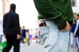 Gå inte med plånboken i bakfickan är ett råd från polisen för att undvika ficktjuvar.
