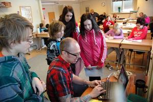MÅNGA ÄMNEN. Den stora fördelen som läraren Michael Haglöf ser med storyline är att de har lättare att nå målen när de arbetar ämnesövergripande. Dessutom blir eleverna väldigt engagerade.