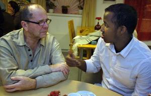 CG Olshammar och Abdulkadir i djup diskussion.