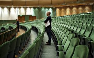 """Hur ska det låta? Mattias Lysell, composer in residence på Konserthuset, övervakar repetitionerna av hans första verk: """"Airs, grace and lamentation""""."""
