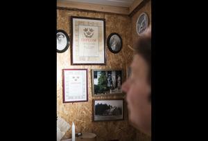 Mjölkdiplom cch foton från bondgården där Marie växte upp pryder väggen.