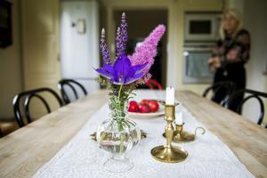 Köket har en varm och ombonad känsla och Johanna sätter samman saker med fingertoppskänsla.  Runt matbordet står favoritstolarna Öglan och Thonet.
