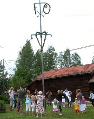 Dans. Det blev traditionell midsommardans kring majstången.
