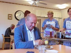 Eskil Erlandsson skalade potatisen medan personalen väntar på att få servera den stekta korven. Han lät sig väl smaka.