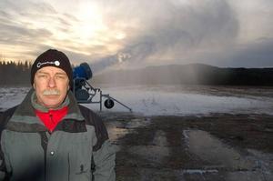 Överskott. Banchefen Kjell Johansson har nu överskott på stora volymer kanonsnö, men det gäller att vara på den säkra sidan. Notan för årets snötillverkning stannar på en miljon kronor.