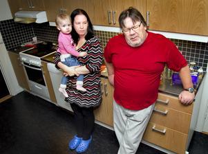 """Förtvivlad. När hjärtsjukdomen gjorde att Bo Jireteg inte längre kunde köra lastbil var han inställd på att bli sjukpensionär. I stället fick han skriva in sig på Arbetsförmedlingen. """"Jag kan inte jobba. Jag orkar knappt ta mig ut till parkeringen"""", säger han. Till vänster om Bo står hans fru Marie-Helene Johansson med  yngsta barnet Jennifer, 2 år i famnen."""