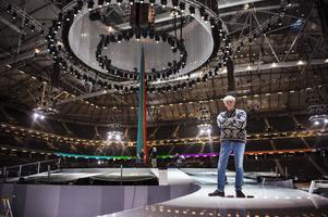 """Colin Nutley regisserar invigningen av Friends Arena. Han kallar förberedelserna för """"organiserat kaos"""" kallar Colin Nutley förberedelserna inför lördagens jättegala."""