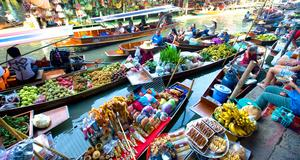 Köp det ni vill ha av den lokala befolkningen. Här båtmarknad i Bangkok.