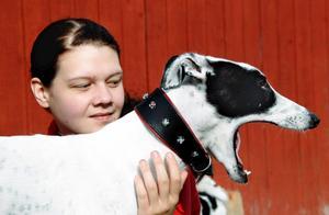 Christine Johansson med greyhounden Cash.