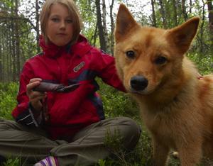 Tuggmotstånd. Emma Westerlund sitter med en av hundarna som är med på vandringen. Hunden har knivslidan som tuggobjekt.