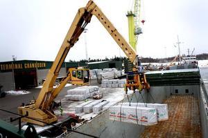 Under fem timmar i går lastades 196 paket med varor från sågverken Setra och Balungstrand. I lastrummet på Scot Pioneer finns plats för betydligt mer.
