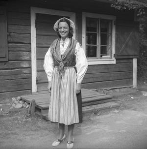 I takt med modet ändrade även folkdräktens design, framförallt kjollängden och accessoarerna har tagit olika uttryck genom tiderna. Foto: Länsmuseet Gävleborg
