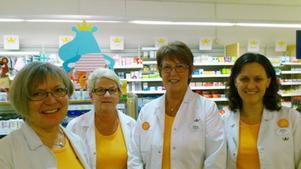 Margareta Einarsson, apotekschef, Ulla Ericsson, egenvårdsspecialist, Anna-Lisa Landin, läkemedelsspecialist och Caroline Jäderberg, läkemedelsspecialist, jobbar på årets bästa apotek.