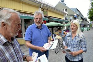 Valprogram. David Stansvik och Camilla Andersson Larsson delar gärna ut V-valprogrammet bland Noraborna, här Curt-Eric Hermansson.