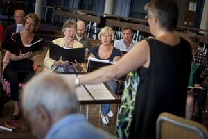 Det tycker Margareta Kvist, längst till höger i kören, att det ska bli att sjunga i Konserthuset.