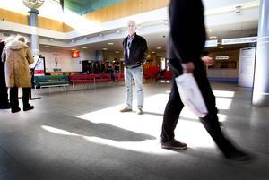 Åker Eriksson är en av dem som drabbats av slarvet. I tre år har han väntat på svar på sitt förslag om anhörigrum på Gävle sjukhus.