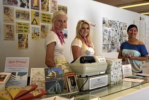 Sommarjobb. Josefin Aronsson, 23, och My Huss, 17, trivs bra med jobbet på utställningen. Kultursekreteraren Sara Rothstrand till höger i bild. Foto: Linda Wall