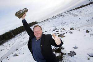 Pajalas kommunalråd Bengt Niska jublar med järnmalm i handen framför gropen där provborrningar har visat på stora fyndigheter. Men nu står Pajala där - igen, skriver Po Tidholm.