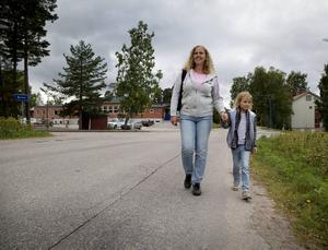 – Äntligen kanske det händer något. Det finns inga trottoarer vid skolan, säger Therese Silfver som går hem från skolan med sin dotter Tuva.