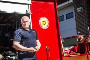 Räddningschefen i Ljusdal, Peter Nystedt, framför ett räddningsfordon.