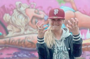 Ett färgrikare Lindesberg. Med Anya Blom och hennes sommarjobbsgrupp med unga gatukonstnärer. Gatukonst som feriepraktik är tanken. Utsmyckning av Lindesberg ska bli resultatet. En gångtunnel vid Brotorpsskolan ska bli ett offentligt konstverk.