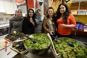 Gada Abokara, flykting från Syrien, Suhad Mohammed, boendestödjare, Hiba Is Aldden, flykting från Syrien, Marguerite Matti, boendestödjare och Elisar Afram, flykting från Syrien är några av de som lagat mat till festkvällen.