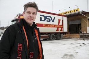 Hellströms Möbelexpress får ett lyft när Söderhamns LBC AB utökar samarbetet med transportjätten DSV Road AB. Vd:n Henrik Hellström är nöjd.